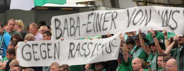 Solidarität von den Rängen mit Co-Trainer Babacar N'Diaye, der sich in Stuttgart von einigen Fans böse Sprüche gefallen lassen musste.